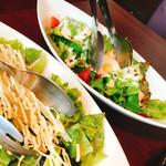 焼肉ダイニング 王道プレミアム - 2016.07 大根とわかめの青じそサラダ(手前)温泉玉子のシーザーサラダ
