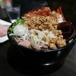 トラガス - 料理写真:カレーみそらーめん・・白ネギの下には、大量のブロック肉が入ってます(汗)