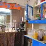 マドッシュカフェ - ポップなドリンクバー