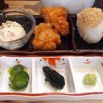 だよね。 - ランチセット 100円 のポテトサラダ、鶏唐揚げ、替え米、柴漬け、海苔、山葵