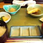 天ぷら割烹 和 - 天ぷらはカウンターの上に提供してくれます