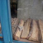 ボン・ボランテ - パンを焼く薪が見えます