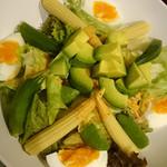ガーリックハウス - アボカドサラダ(ミニトマト在庫切れの為、おくら&ベビーコーンを増量してくれました)
