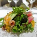 I・K・U 青山 - マイクロリーフと季節野菜とフルーツのサラダ サーモンとともに