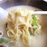 龍公亭 - 料理写真:2016 クリームシチュー風  白湯麺 麺アップ