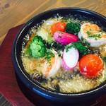 軽井沢ベジビエ - 季節野菜とぷりぷりエビのアツアツアヒージョ