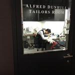 アクアリウム at ALFRED DUNHILL - カウンター席の奥はテーラールームになっているので、仕立て作業を眺めながら一杯呑めます