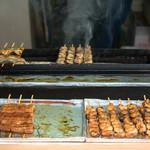 うなくり5 - 2016.7 炭を模したロースターで鰻を焼いています