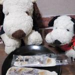 安永餅本舗 柏屋  - お餅の薄いところから中のあんこが透けてるのも 美味しそうでしょう。安永餅は「牛の舌餅」とも言われていて、 食べるとお餅がびよーんとのびる感じなの。 あんこの甘さも控えめで、すごく美味しいよ♪