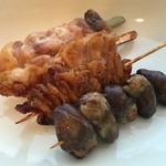 竹松鶏肉店 - モモ肉二本、鶏皮焼き、ハツ。