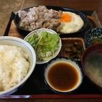 いります食堂 - 豚バラ肉ジュージュー焼き定食(税込850円、2016年7月)。タレはおろしステーキタレ。