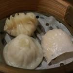 Chinese Restaurant Season - 一段目は点心3品             小籠包、海老餃子、フカヒレ餃子             熱々でサーブされて来ます。