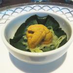 星期菜ヌードル&シノワ - コースはフレンチスタイルです。       こちらは、『お口の愉しみ』と呼ばれるアミューズです。金糸瓜が添えられた唐津産ウニ。