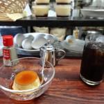 53443287 - 最初にコーヒー、そしてプリン 背後に卵たち