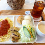 カフェ コスモ - コスモプレート(¥700)、アイスティー(¥100)。パスタ・チキン・パン・サラダ・スープが一皿に