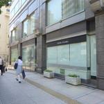 カフェ コスモ - 建物外側にも控えめに「Cafe Cosmo」の文字あり。目立ちはしないが、見つけるのは容易だろう