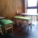 ネパリダイニング ダルバート - 背もたれのない椅子のテーブル