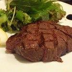 オステリアエンネ - オリーブ牛もも肉の炭火ロースト(トリュフ塩で)