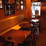 エムズ バー アンド カッフェ - テーブル席