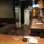 童々巡り - カウンター席と掘り炬燵式テーブル席がある小上がりがあります。 『福岡 ヤフオク!ドーム』のお膝元ですから、スポーツバー的要素を備えたテレビは大切♪