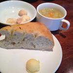 53451983 - パンとスープ。クッキーは、ドリンクバーのところにありました。