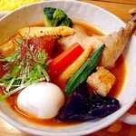 スープカレー トムトムキキル - 3日間かけて仕上げるスープの味付けは、こだわりのスパイスと塩のみ。なので食後に喉の渇きや胃もたれを感じません。