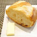 53456812 - <'16/06/14撮影>本日のランチ 1250円 のパン、バター