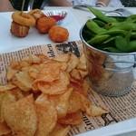 バルバッコア ビアガーデン - (前)枝豆の岩塩焼きと自家製フライドチップス (後)揚げ物盛り合わせ