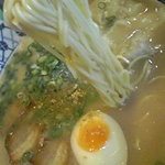 ちんねん亭 - 麺は細麺ストレート。標準で丁度良い具合の茹で加減。