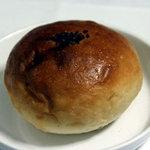 kuu. - つぶあんパン。甘さ控えめで上品な自家製あんこ。2010年10月自宅で撮影。