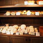 kuu. - パンが並ぶ棚。2010年10月撮影。