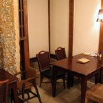 kuu. - 一階のパン棚の前にあるカフェスペース。2010年10月撮影。
