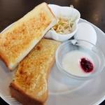 カジュアルレストラン 明日香  - アーモンドトーストのセット