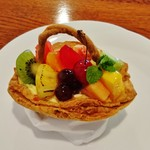 53482014 - 『夏遊山』(540円)!!サクサクっとしたパイ生地のかごの中に、カスタードクリーム、色とりどりのフルーツをを盛り合わせた かご盛りケーキ~♪(^o^)丿