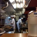 旭屋 - 厨房風景。