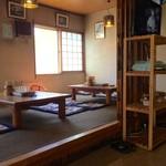 ラーメン小太郎 - カウンター席、小上がり席ございます。