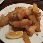 フィッシュタヴェルナサンボ - 地魚のフリッター。ふわふわです!添え物の黄金いもが甘くて、ホクホク。