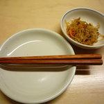 もつやき 婁熊東京 - お通しは、春雨、挽き肉、胡瓜、人参の和え物。チャプチェっぽいです☆
