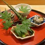 日本料理 太月 - 八寸:フルーツトマトジュレ、蛸の柔らか煮、    ミニオクラ、姫サザエ、もろへいや、    こはだ鮨のちまき、秋田のしゅんさい