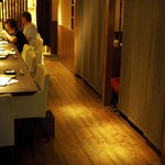 酒肴菜や 利一 - 一階カウンターとテーブル