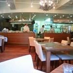 535597 - 広々店内に、一切隠れ場所のないオープンキッチン。蒔釜もあります