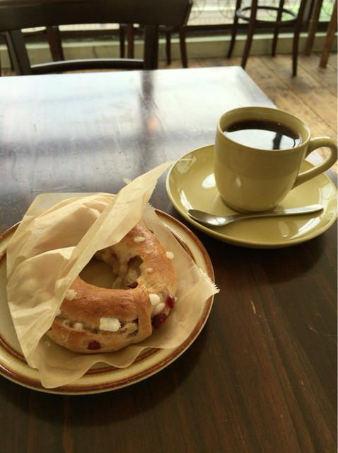 ベーグル喫茶 森の生活者 - クランベリーベーグルとコーヒー