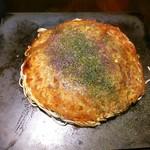 お好み焼き kate-kate - 肉玉そば 650円~熱々の鉄皿に載せられて提供です♪