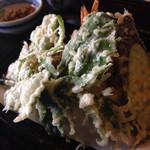 そば処 よしぶ - 天ぷら盛り。山菜も入っていて、ボリュームありますよ〜。