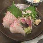 53515121 - 【本日の刺身】(380円税抜)スズキとイワシが一皿で提供。値段は380円×2
