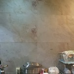 麺屋 轍 - 壁の目地模様がお洒落♪