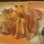 旬の魚と旨い地鶏 魚鶏屋 - 秋田県産 比内地鶏 もも肉タタキ