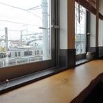 大澤珈琲店 - カウンターからは横須賀線の往来が見えます