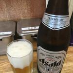 53524986 - 瓶ビールはスーパードライです。
