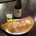 53538341 - 中瓶ビール500円と羽根付きの焼き餃子320円